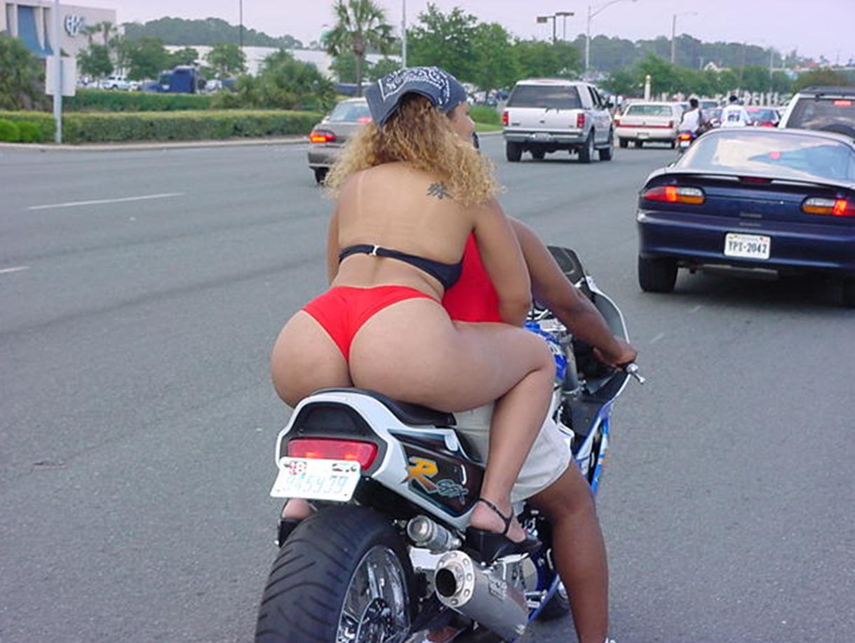 С голой жопой на мотоцикле 18 фотография